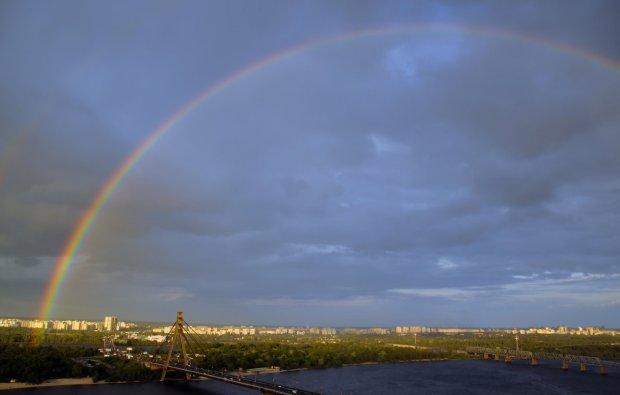 В Днепре радуга соединила два берега реки: чарующие кадры