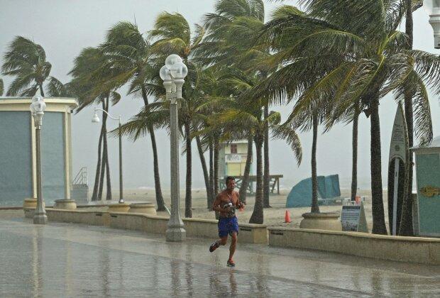 """Ураган """"Доріан"""" змітає узбережжя з лиця Землі: апокаліпсис близько, катастрофічний вітер руйнує все навколо"""