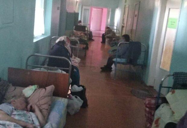 """Під Харковом хворих на коронавірус лікують у темних коридорах: """"Коли ставлять крапельницю, підсвічуємо телефонами"""""""