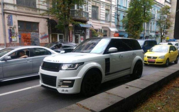Злиденна країна: в Києві знову помітили унікальне люксове авто