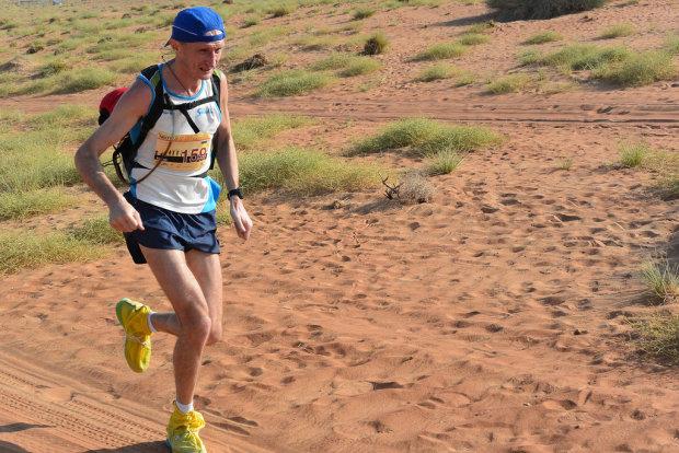Украинец пробежал 165 километров в жаркой пустыне и выиграл медаль
