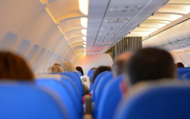 Билась и молилась голой: дикая россиянка едва  не разнесла самолет в Турцию