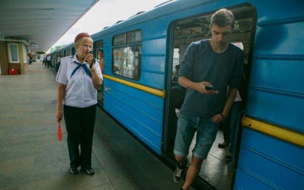 Головна проблема метро: типове фото розлютило киян