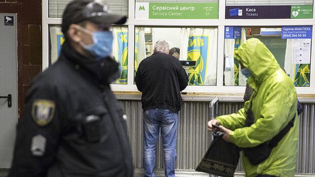 У метро, фото з відкритих джерел
