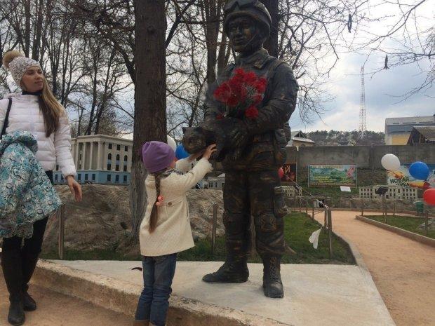 Зловещий знак для Путина: в Крыму памятник оккупантам умылся кровью, фото