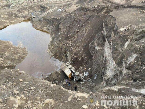 У Запоріжжі вантажівка злетіла у прірву, водій загинув - 25 метрів смерті