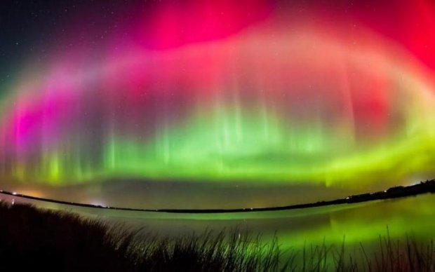 Світанок вторгся на вечірку полярного сяйва: захоплюючі фото
