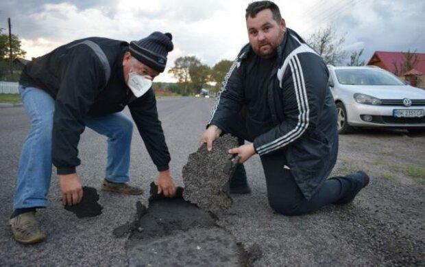 Українці обурені якістю нових доріг: асфальт можна відірвати просто руками