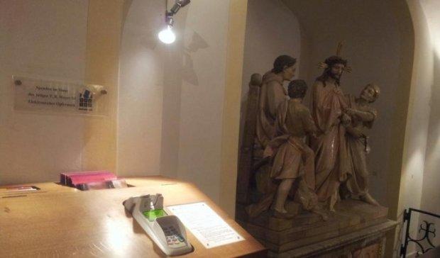 Батюшка на скейті і електронні свічки: релігія стала сучасною