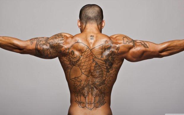 """Чоловік вирішив зробити татуювання. Ламаною російською він попросив набити йому """"корабель застряг в морозиво порі"""" на всю спину"""