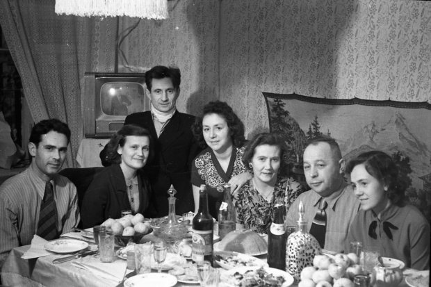 Мандарины, подарки и, конечно, шампанское: как 100 лет назад киевляне готовились к Новому году