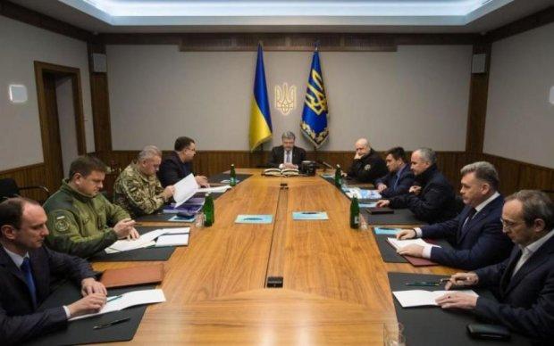 Готові до всього: Порошенко терміново скликав Військовий кабінет