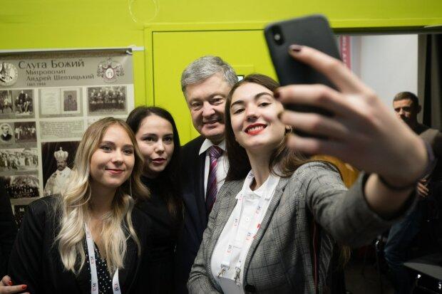 """Порошенко проигнорировал 15 допросов в ГБР, блогер показал, куда делся экс-президент: """"Петя гастролирует"""""""