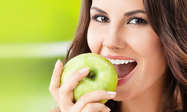 Не все корисно, що у рот полізло: відомий дієтолог назвала головний недолік яблук