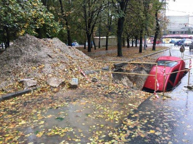 Київський водій не помітив триметрову яму