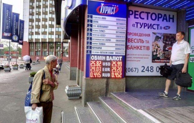 Курс валют на 28 октября: гривна отчаянно борется за место под солнцем