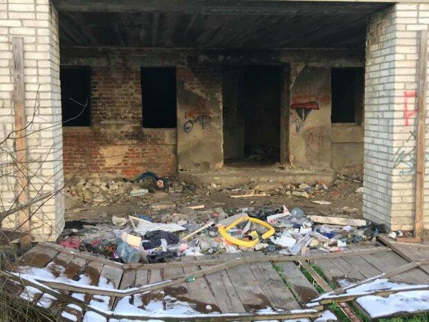"""Во Львове подростки устраивают наркоманские вечеринки в заброшке: """"Шприцы, бутылки и горы мусора"""""""