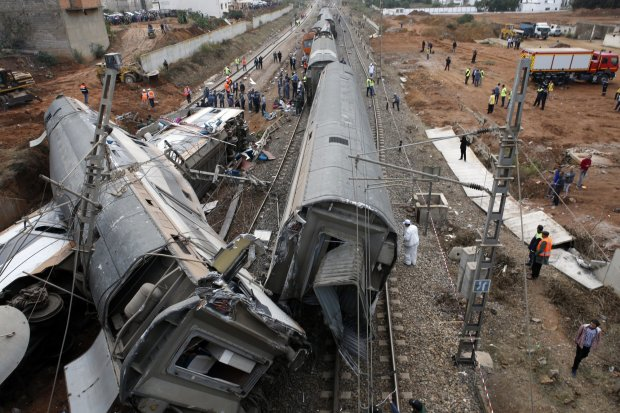 Пассажирский поезд врезался в перрон, трупы не могут сосчитать, в крови весь вокзал