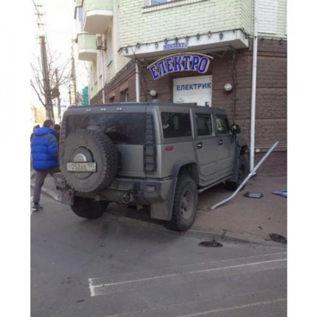 В Киеве авто Hummer с русскими номерами разгромил магазин