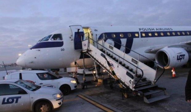 Рейси польської авіакомпанії скасували через атаки хакерів