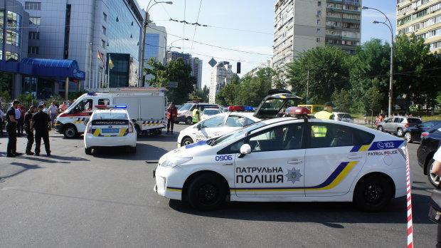 """У Києві чоловіка обчистили на півмільйона і зникли на Mercedes: введено план """"Перехоплення"""""""