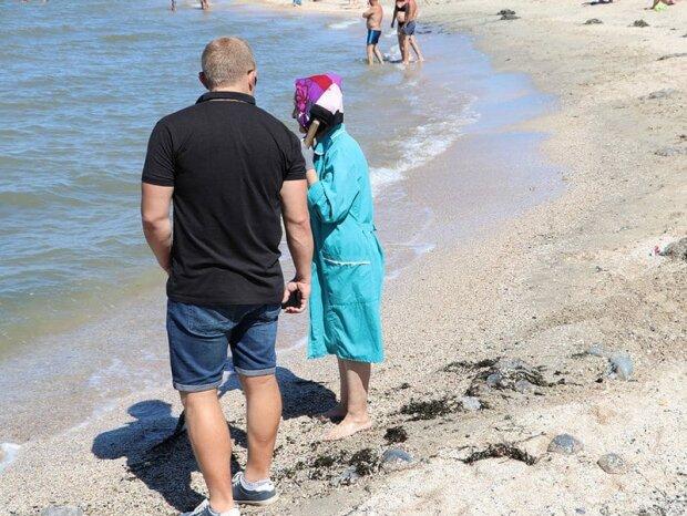 """Пенсионерка из Бердянска убирает загаженные туристами пляжи: """"Хочу творить добро!"""""""