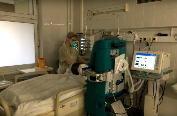 в больнице, скриншот из видео