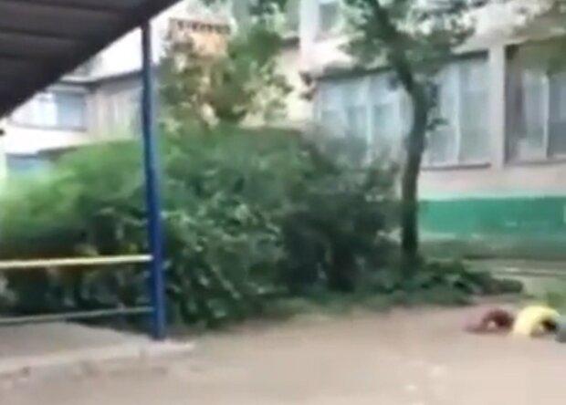 В Запорожье воспитательница поиздевалась над ребенком, малыш в мокрых штанах и рыдал посреди улицы