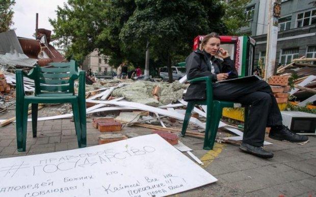 Владельцы МАФов защищают свалку возле станции столичного метро