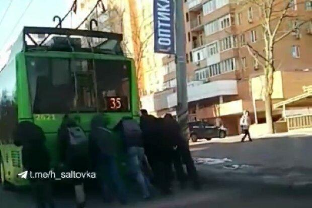 Харків'яни приволочили на роботу тролейбус замість себе