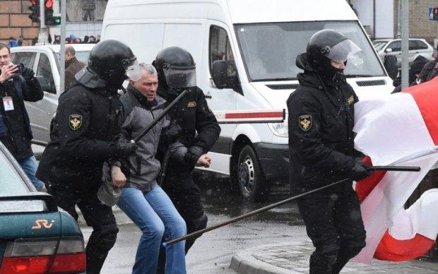 Главное за ночь: новые антироссийские санкции и жестокий разгон оппозиционеров в Беларуси