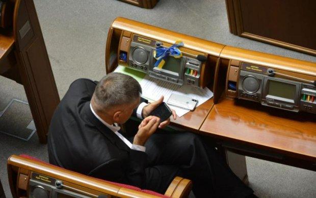 Екс-регіонали та радикали у перших рядах: депутати поспішають придбати iPhone X