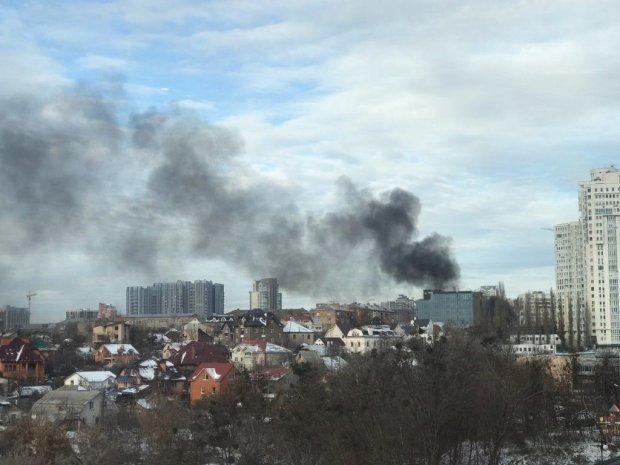 Київ у диму: пекельне полум'я охопило новобудову, але пожежників не пускають, - що коїться