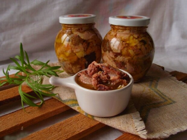 Никаких фабрикатов и некачественного мяса: как быстро и вкусно приготовить тушенку дома