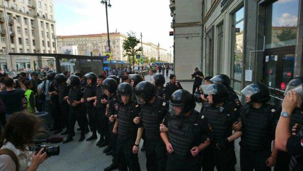 В Москве хоть кто-то дал отпор спецназу: ОМОН в ужасе отступил от яростного сопротивления