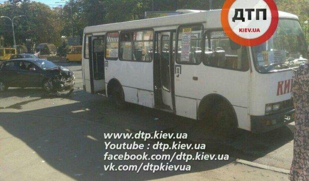 Аварія в Києві: Chevrolet самознищився об маршрутку