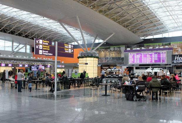 """12 часов ада: сотни пассажиров стали """"заложниками"""" в столичном аэропорту"""