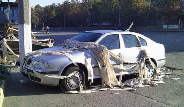 Трактор и автомобиль в Харькове замотали в туалетную бумагу (фото)