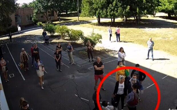 Бійка біля школи, скріншот з відео