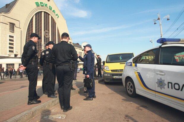 В Киеве срочно эвакуируют людей, копы прочесывают каждый метр: что происходит