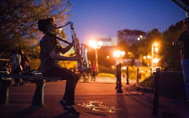 На разогреве у Iron Maiden: уличный музыкант впечатлил исполнением хитов на саксофоне