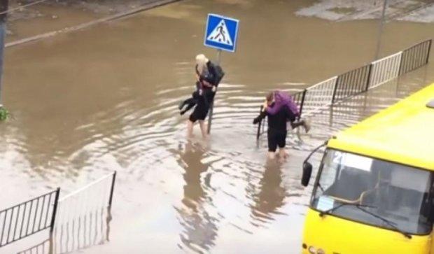 Львовские полицейские вынесли пассажиров из затопленного автобуса (видео)