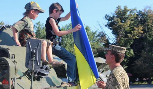 Харків'яни вчились користуватися зброєю і плели маскувальні сітки (фото)