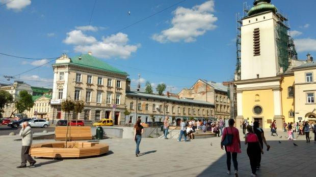 Во Львове претендентов на мандат засекли в интересном месте: осторожно, это плохо пахнет