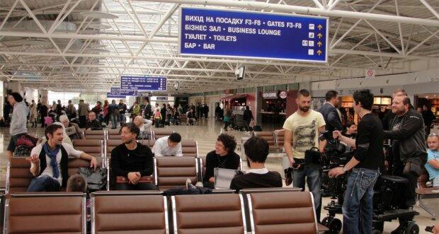 """В """"Борисполе"""" осатаневшего должника по алиментам сняли с самолета: """"Кучу г*вна навалю"""""""