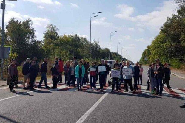 """""""Поверніть її!"""": розлючені вінничани вийшли на дорогу з дитячими колясками, - ніхто нікуди не їде"""