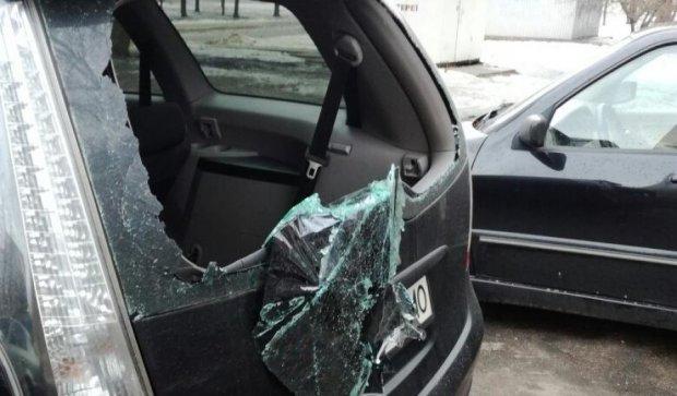 В Киеве хулиганы массово уничтожают припаркованные авто