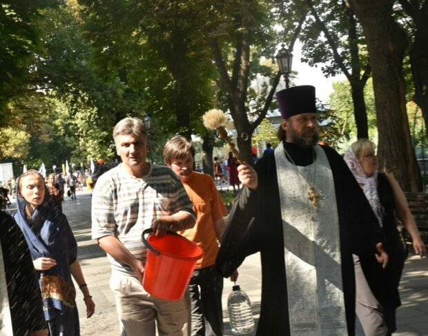 К Богу в катакомбы: священник из Одессы оборудовал церковь под землей