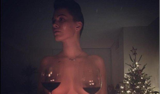 Даша Астафьева дегустировала вино голой грудью