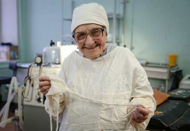 Тысячи операций и спасенных жизней на счету: уникальной женщине-хирургу исполнилось 91, и прекращать работу не планирует